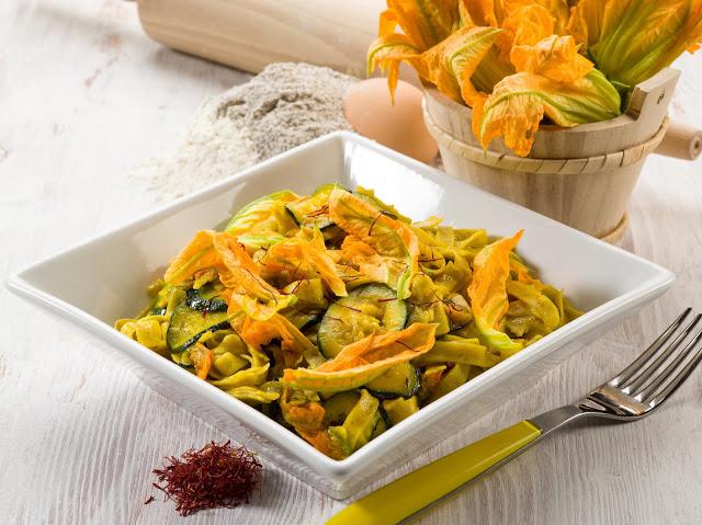 Tagliatelle in fiore con zucchine