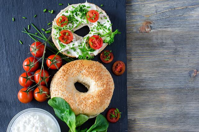 Bagel con formaggio cremoso, pomodorini e insalata