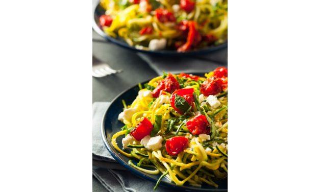 Spaghetti di zucchina, pomodori e feta