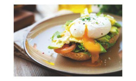 Avocado toast e uova in camicia